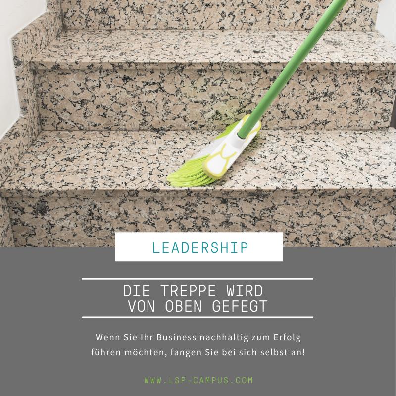 Die Treppe wird von oben gefegt als Metapher für Unternehmensberatung: Führungskräfte brauchen Coaching, denn ohne sie kann keine nachhaltige Veränderung angeschoben werden.